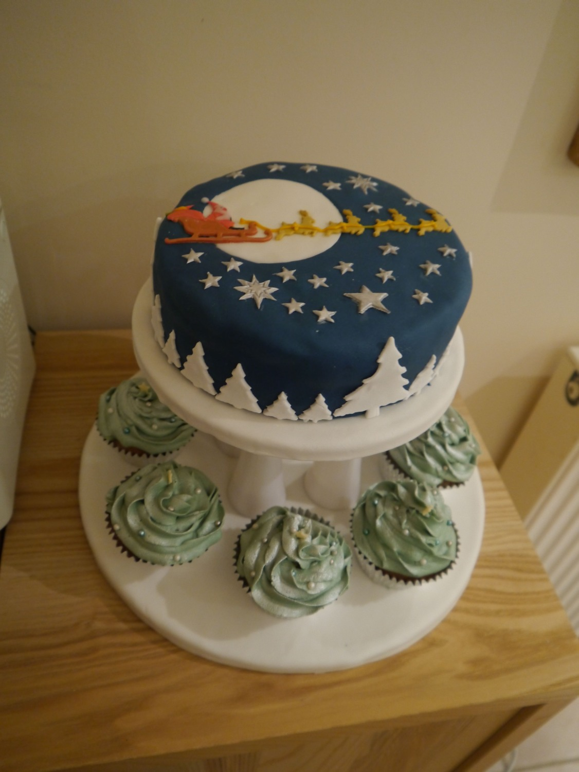 Unusual Christmas Cake Decoration : Pin by Elaine Evans on Cakes Pinterest