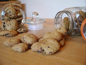 A recipe for golden oaty cookies with dried fruits.